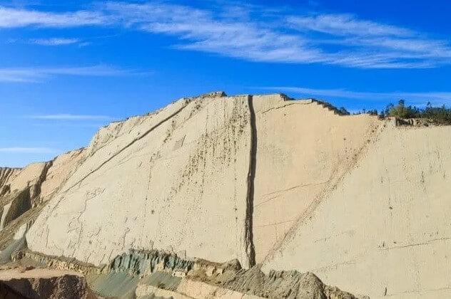 pared de huellas de dinosaurio en cal-orcko-bolivia